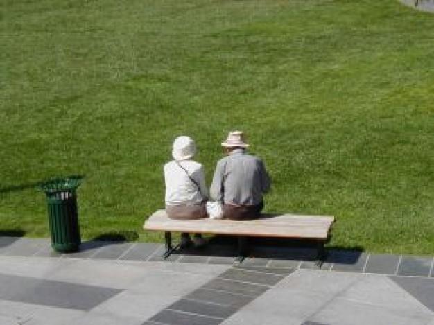 oud-echtpaar-op-bank_21857